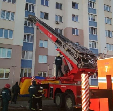 Мужчина чуть не сорвался с балкона пятого этажа многоэтажки в Гродно