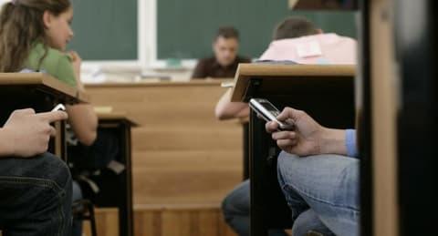 Лидчане рассказали. Телефон в школу: давать или не давать?
