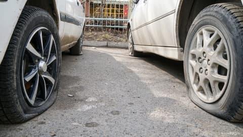 В Сморгони мужчина порезал колеса в четырех иномарках, пока ждал девушек
