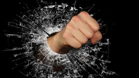 В Лиде разгоряченный посетитель ночного клуба разбил входную дверь