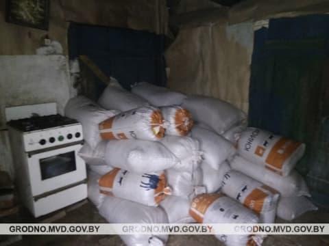В Ивьевском районе работники вынесли со склада более десяти тонн зерна