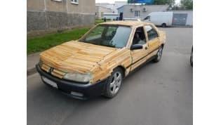 «Хотел посмотреть на реакцию горожан»Лидчанин «затюнинговал» свой автомобиль досками и прокатился на нем по городу