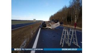 Легковушка и трактор столкнулись под Щучином, погиб пассажир