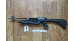 В Лиде 3-летняя девочка выстрелила из пневматической винтовки в мальчика-ровесника