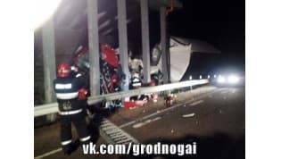 В Новогрудском районе водитель фуры врезался в опору моста и погиб