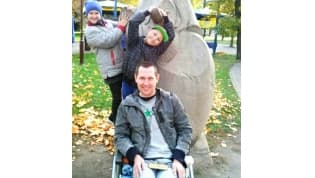 Три года женщина носит мужа-инвалиданаруках - очень нужен подъёмник