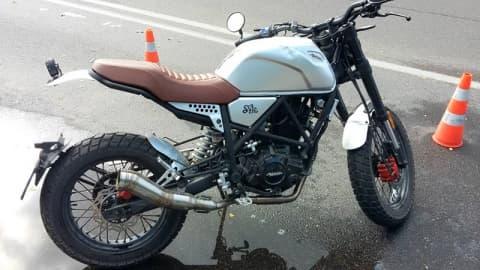 В Лиде мотоциклист не справился с управлением и въехал в бордюр. Без травм не обошлось
