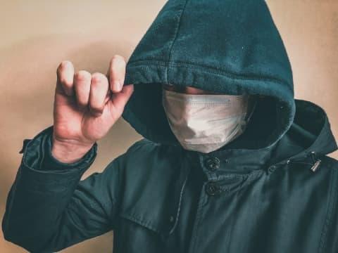 Парень в маске ограбил пенсионерку в Лиде
