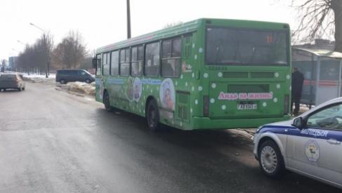 В Лиде ребёнок выбежал из-за автобуса и угодил под колеса авто