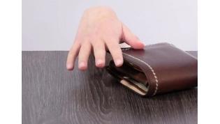 Женщина взяла чужой кошелек, затем выбросила. Пыталась запутать следы, но была поймана милицией