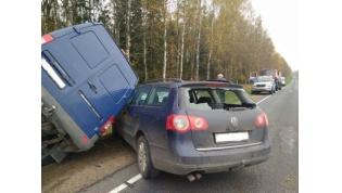 В Ивьевском районе столкнулись легковушка и микроавтобус. Пассажира деблокировали спасатели