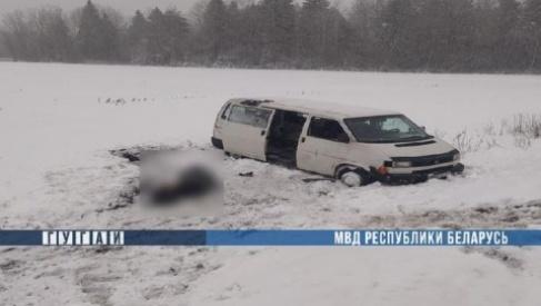 Под Ивье микроавтобус вылетел в кювет и перевернулся — водитель погиб